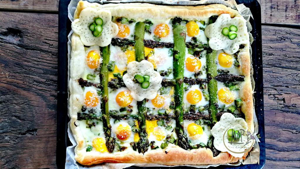 Torta salata con asparagi Decorazioni di fiori di sfoglia