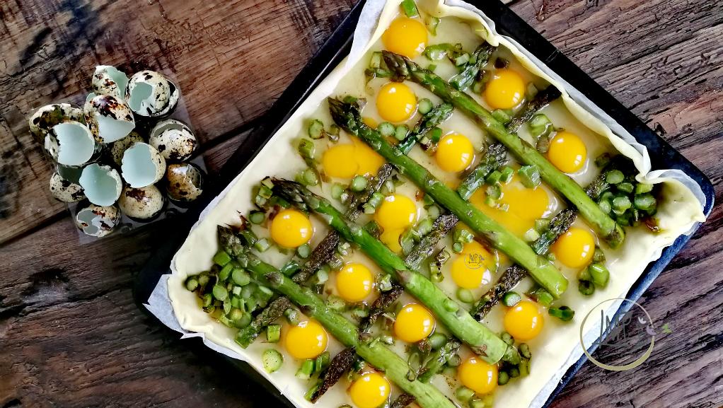 Torta salata con asparagi Uova di quaglia