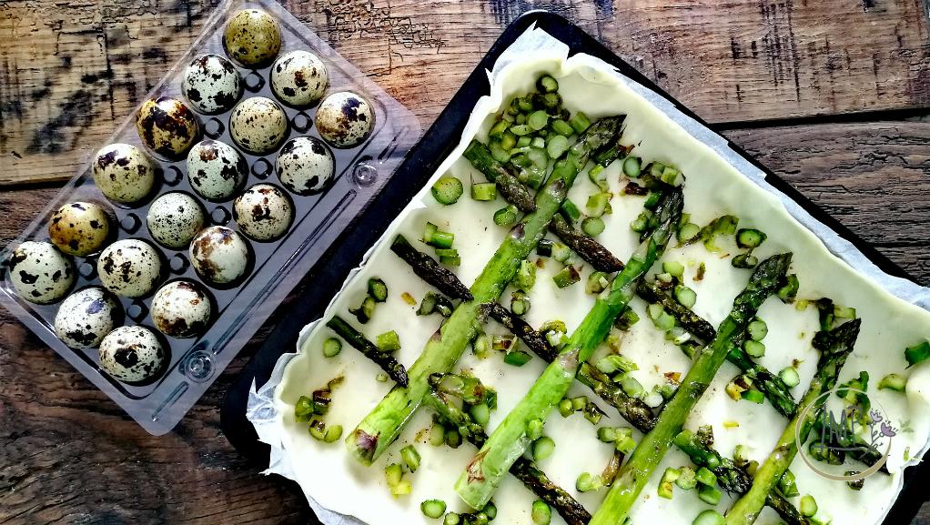 Torta salata con asparagi ripieno di ortaggi sminuzzati