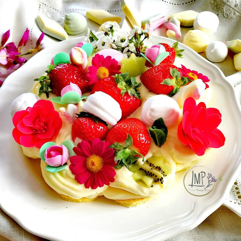 Cream tart con fiori e frutta