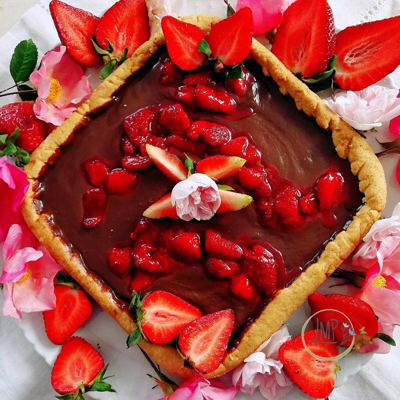 Crostata al cioccolato con salsa di fragole Dettaglio torta