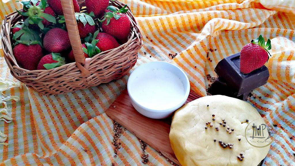 Crostata al cioccolato con salsa di fragole Ingredienti torta