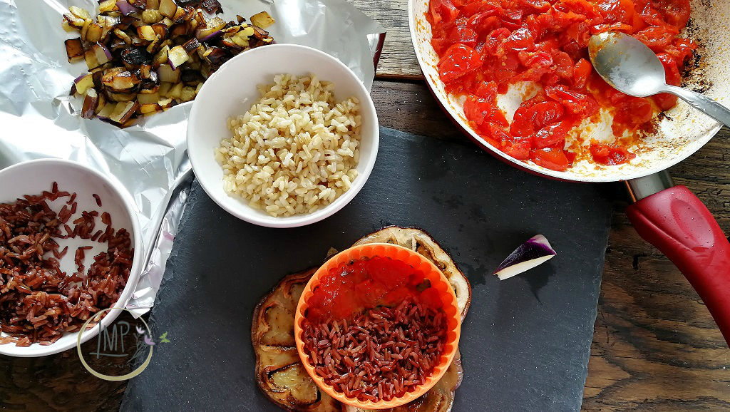 Riso alla norma primo strato con base melanzana, salsa pomodoro e riso