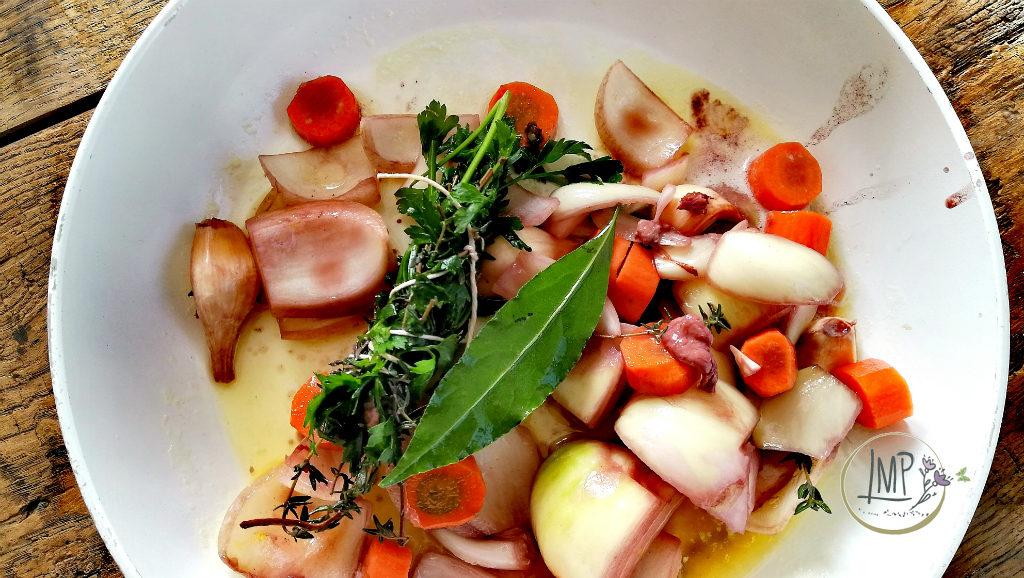 Coq au vin verdure e garni rosolati