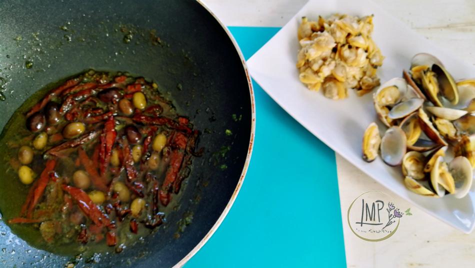 Sugo di vongole ai pomodori secchi soffritto con pomodori e olive