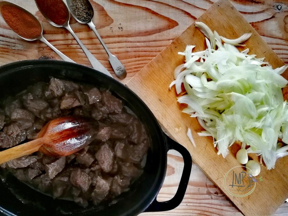 Gulasch ungherese cipolle affettate e carne rosolata