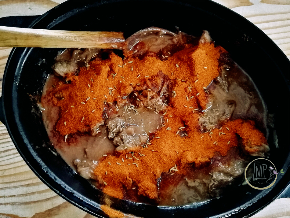 Gulasch ungherese con paprika e cumino