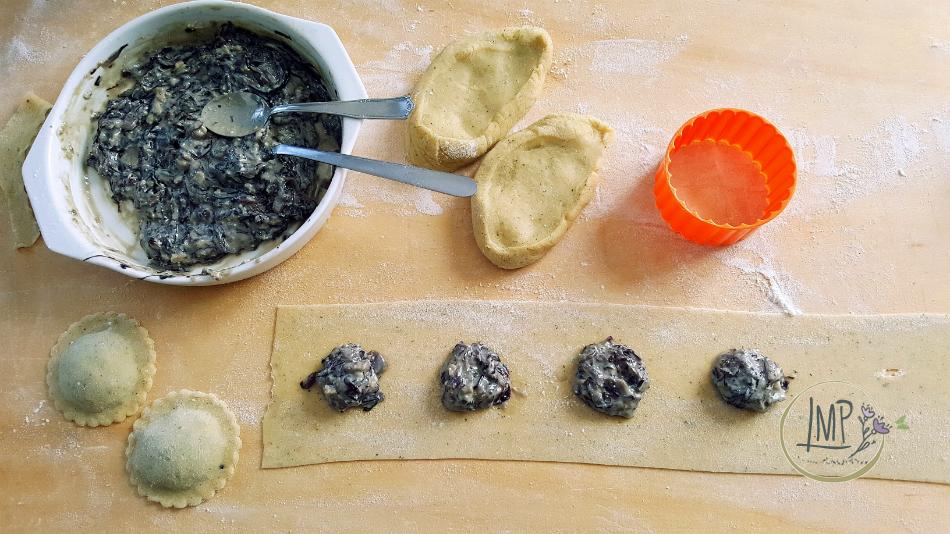 Ravioli radicchio gorgonzola ravioli in preparazione