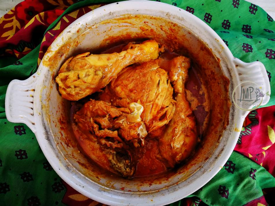 Pollo al curry in pentola