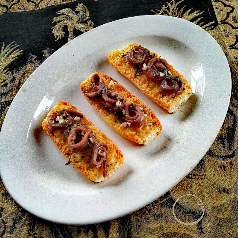 Acciughe sotto sale Bruschetta con olio, aglio e origano
