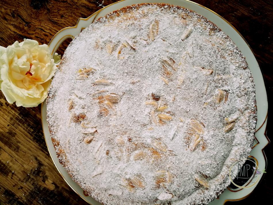 Torta Cappuccina di Modena con zucchero a velo