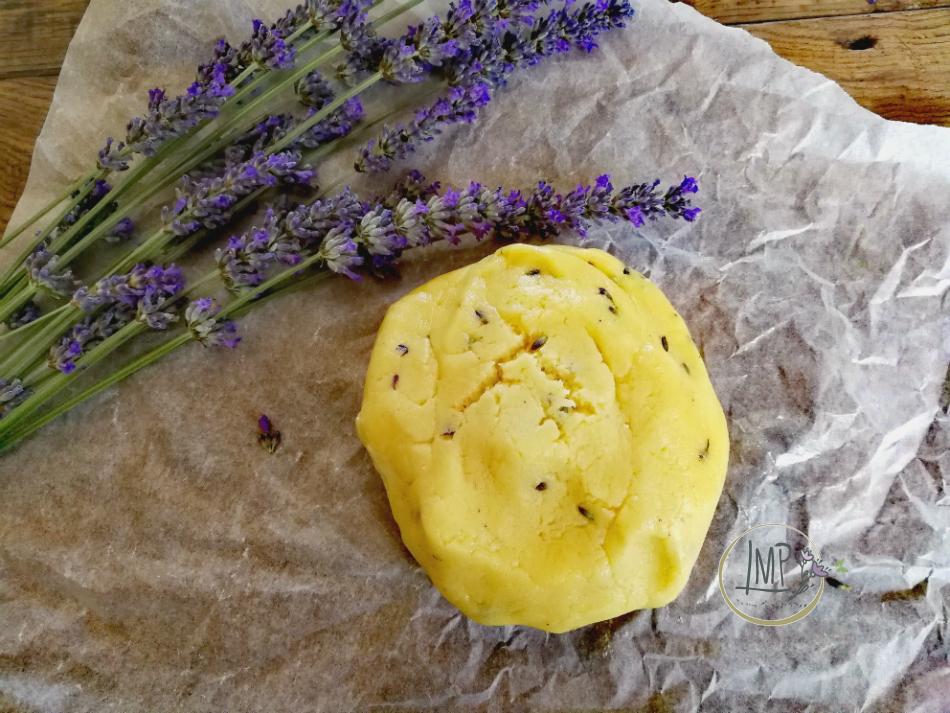 Pasta frolla alla lavanda con fiori