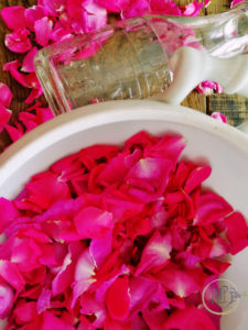 Petali di rosa sfogliati in zuppiera