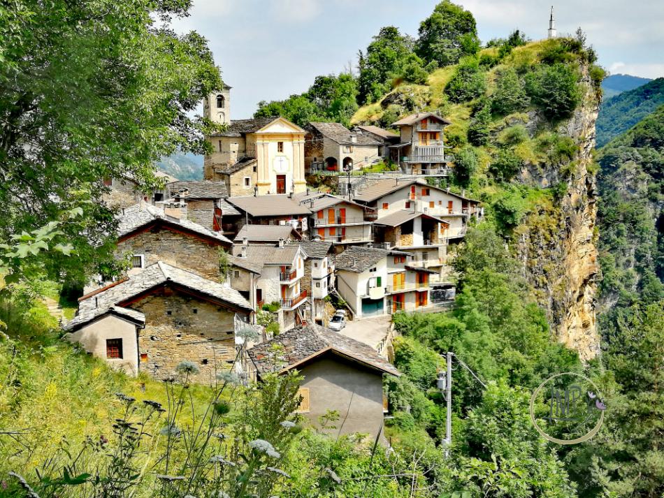 Anello delle Borgate Colletto di Castelmagno paese