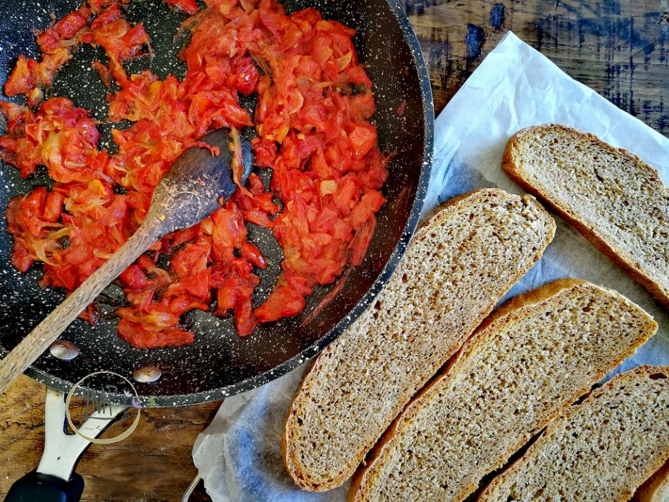 Preparazione bruschette con salsa