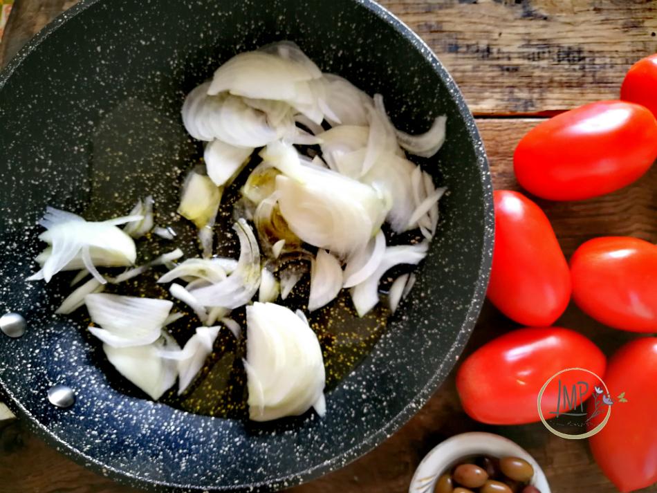 Preparazione salsa cipolla e pomodori