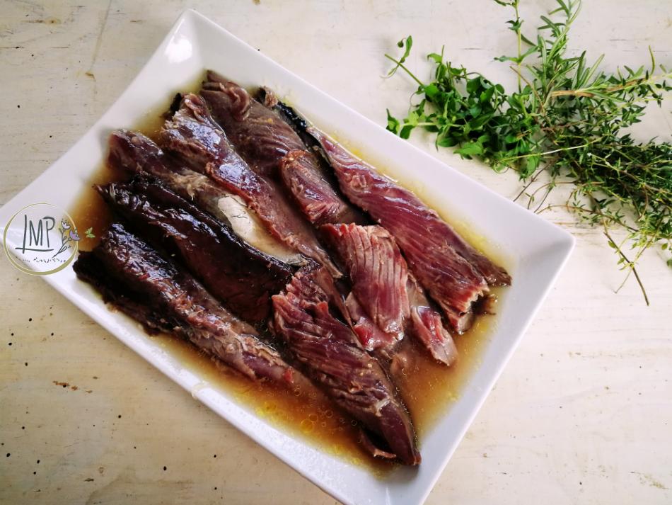 Filetti di pesce marinato pronti per la panatura