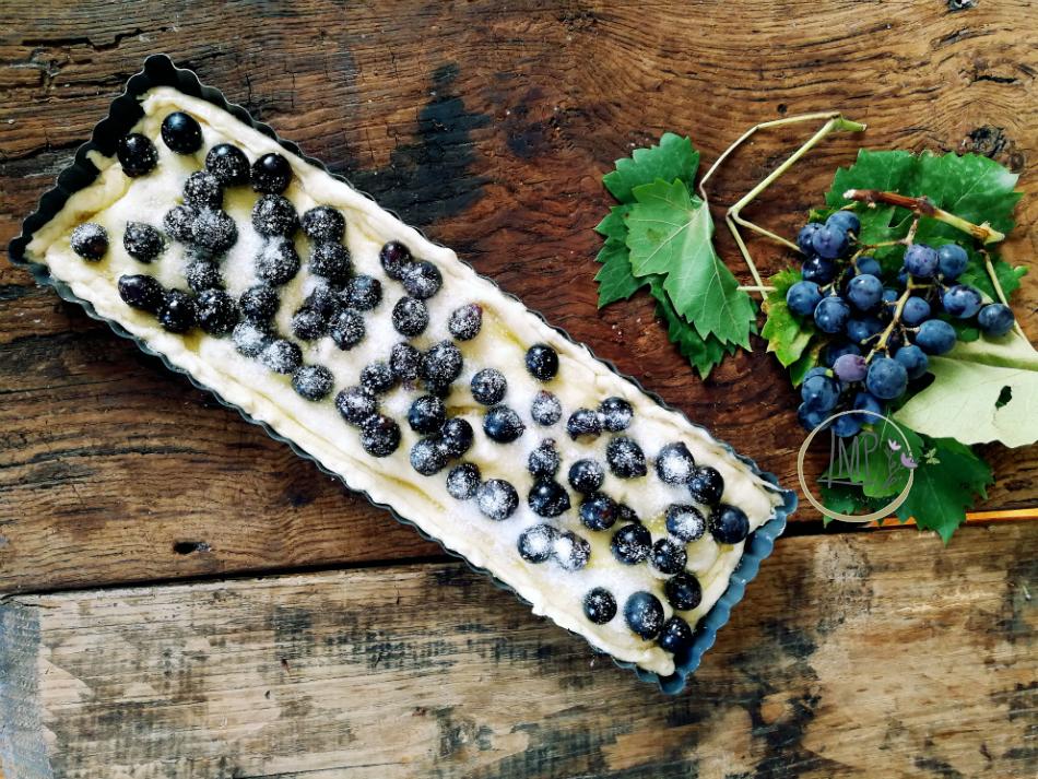 Focaccia con uva fragola da infornare dopo lievitazione