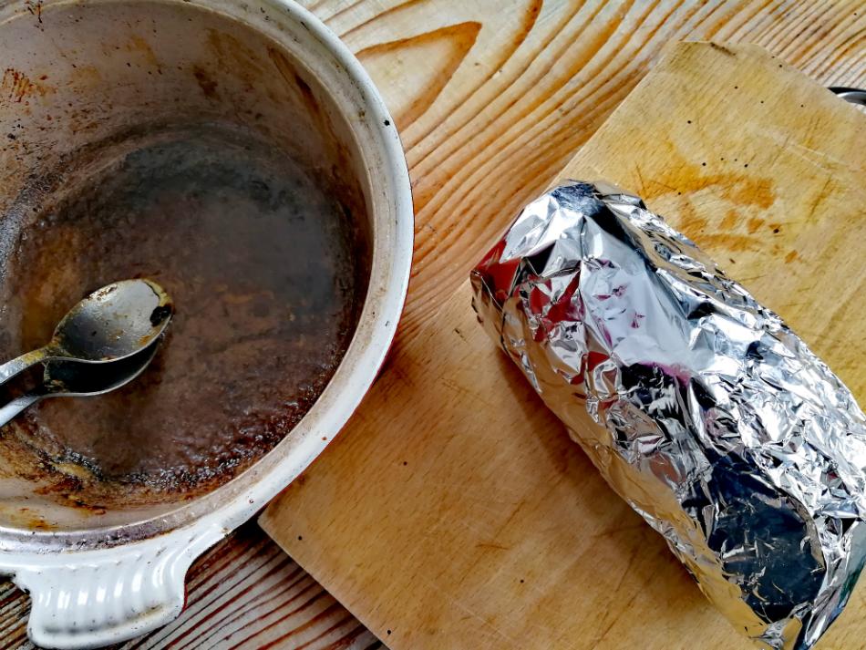 Riposo del roast beef e gravy in pentola