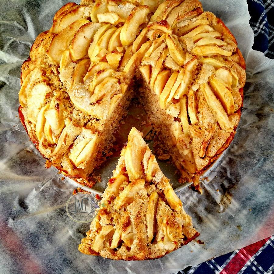 Torta rustica di mele con fetta