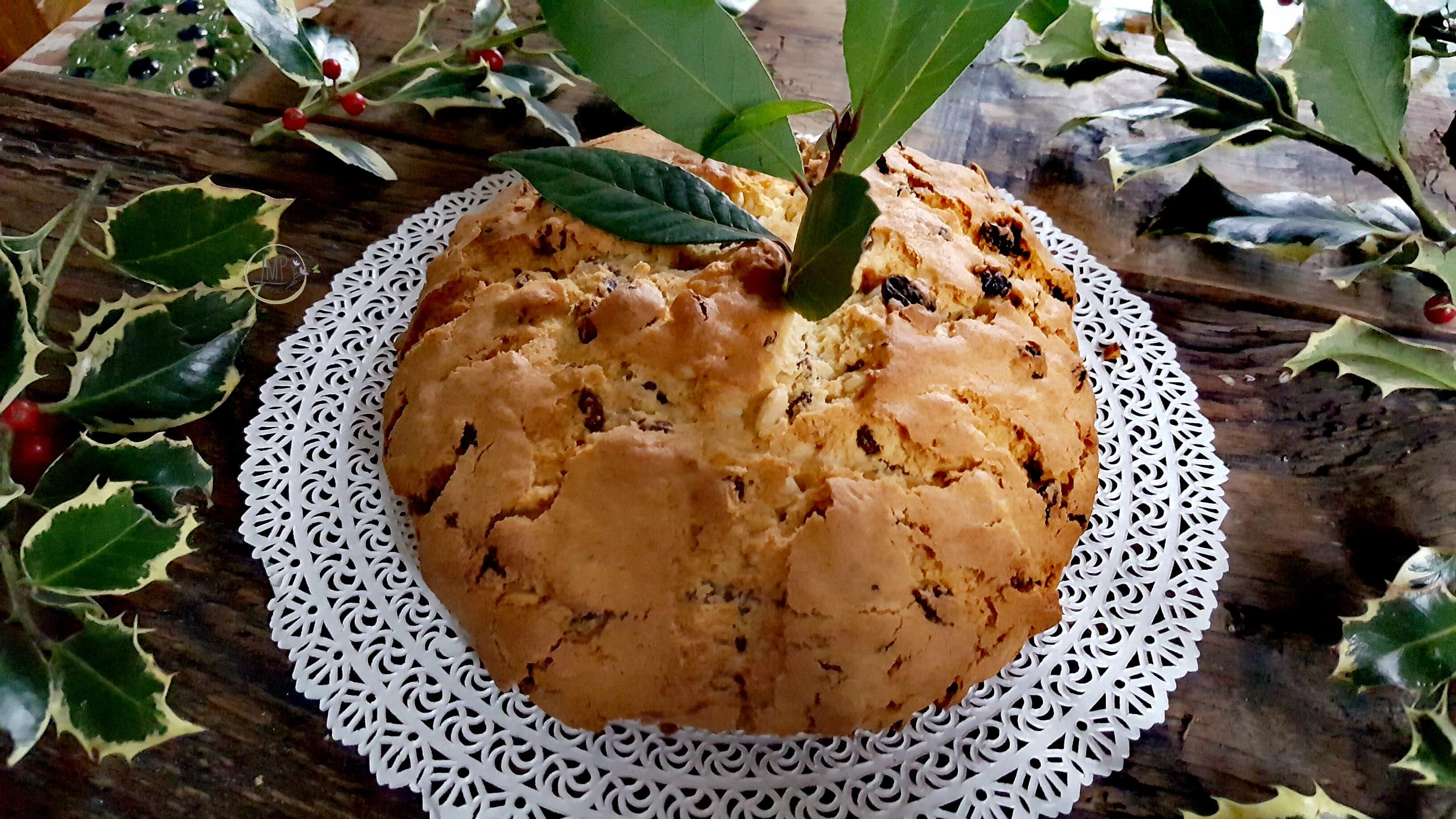 Pandolce genovese a Natale con il tradizionale alloro