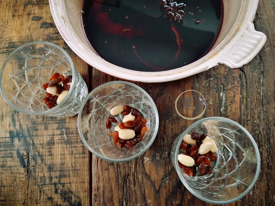 Glogg preparazione bicchieri con mandorle e uvetta