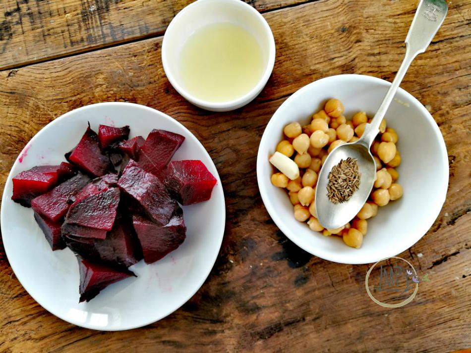 Ingredienti preparati hummus di barbabietole