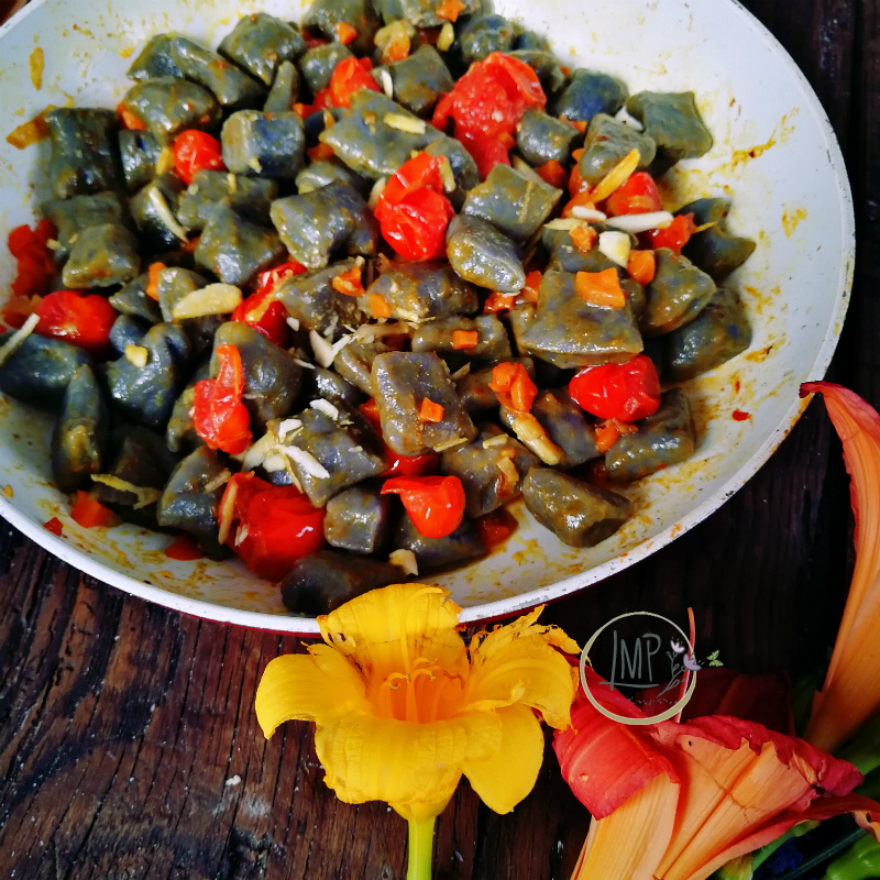 Gnocchi di patate viola ai pomodorini e curry