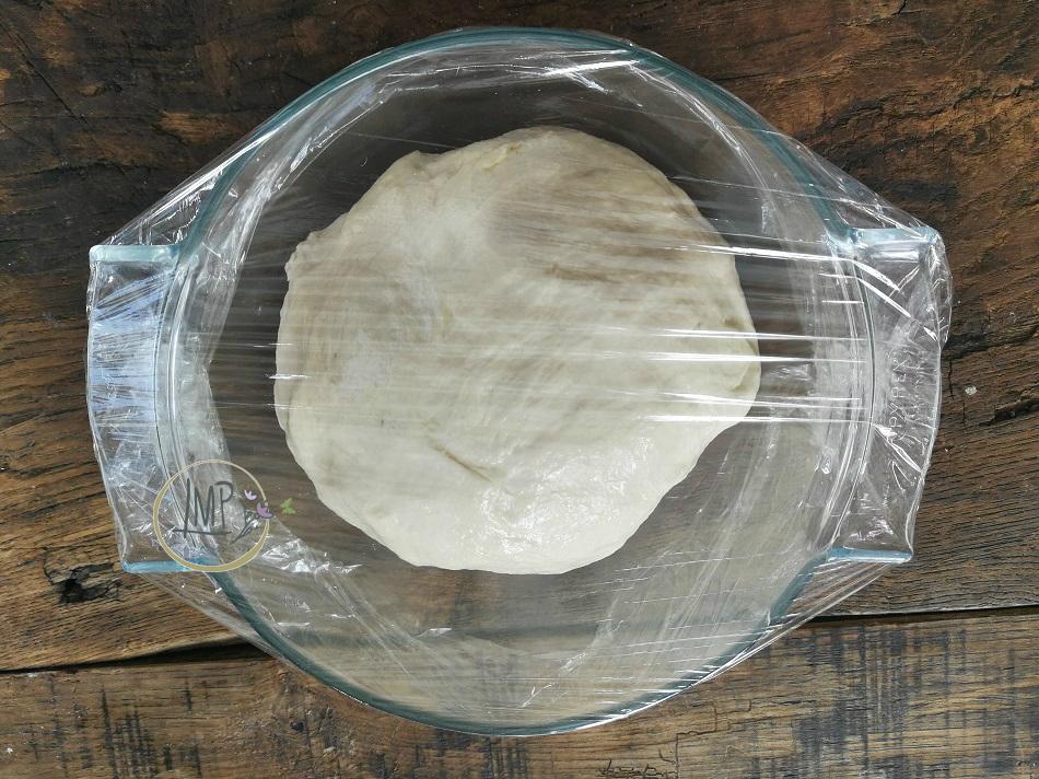 Pasta per le frittelle al formaggio riposo
