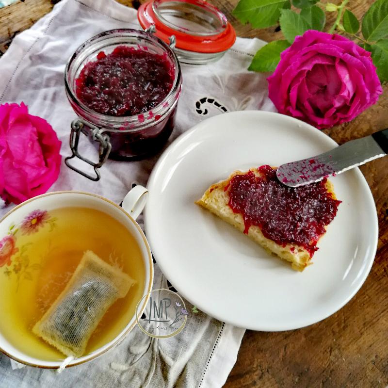 Colazione con confettura di rose