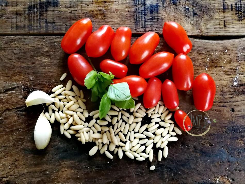 Ingredienti per sugo pinoli e pomodorini