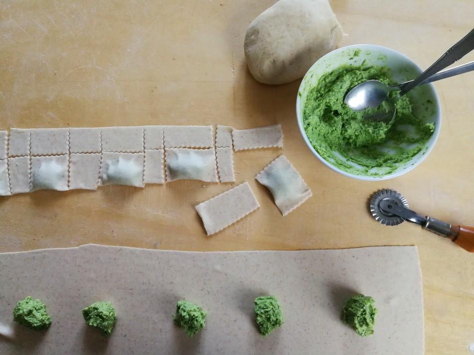 Preparazione ravioli ripieni di pesto