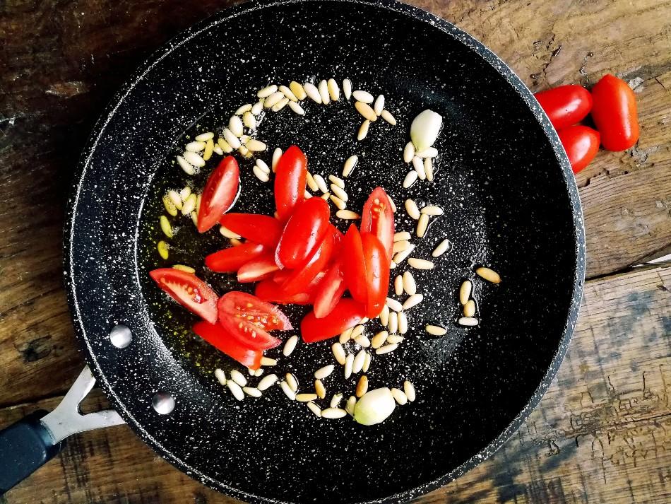 sugo pinoli e pomodorini preparazione